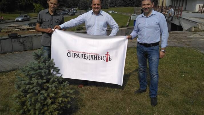 Активісти Руху «Справедливість» в Ужгороді на місці незаконно спиляних ялинок біля драмтеатру висадили нові
