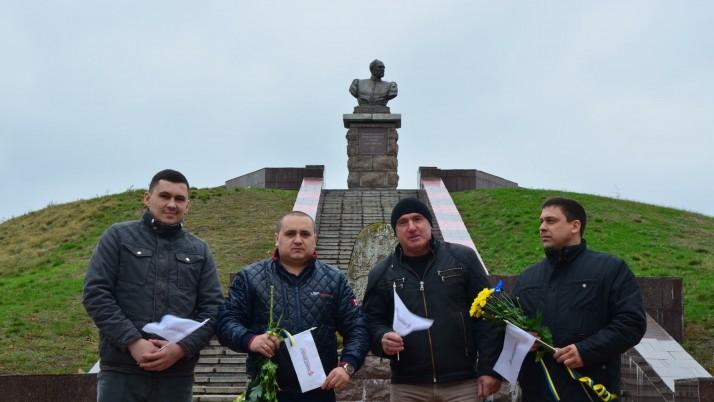 Представники нікопольської організації Руху Наливайченка «Справедливість» на День Захисника відвідали могилу Івана Сірка