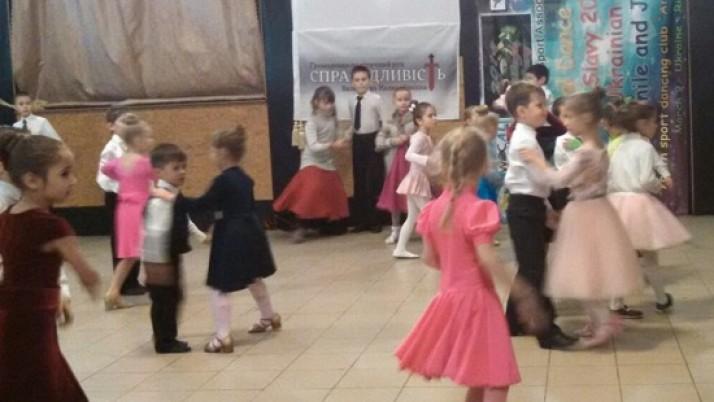 """На Рівненщині """"Справедливість"""" відзначила день святого Миколая з танцями і подарунками"""