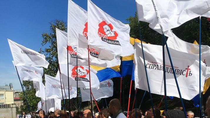 Селяни з Полтавщини під Кабмін привезли шини (фото, відео)