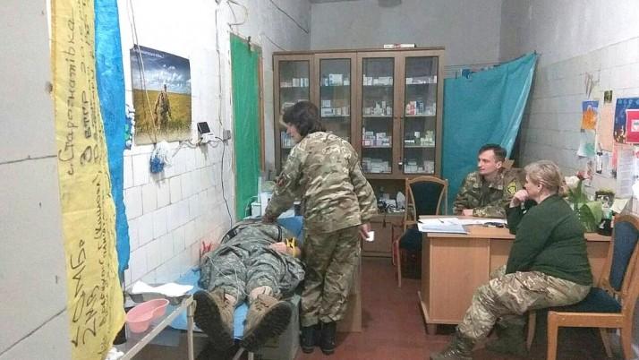 Добровольці-медики ПДМШ обстежують добровольців-воїнів УДА