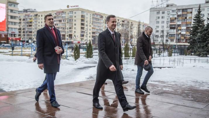 Валентин Наливайченко передав до ЦВК документи для реєстрації кандидатом у Президенти України