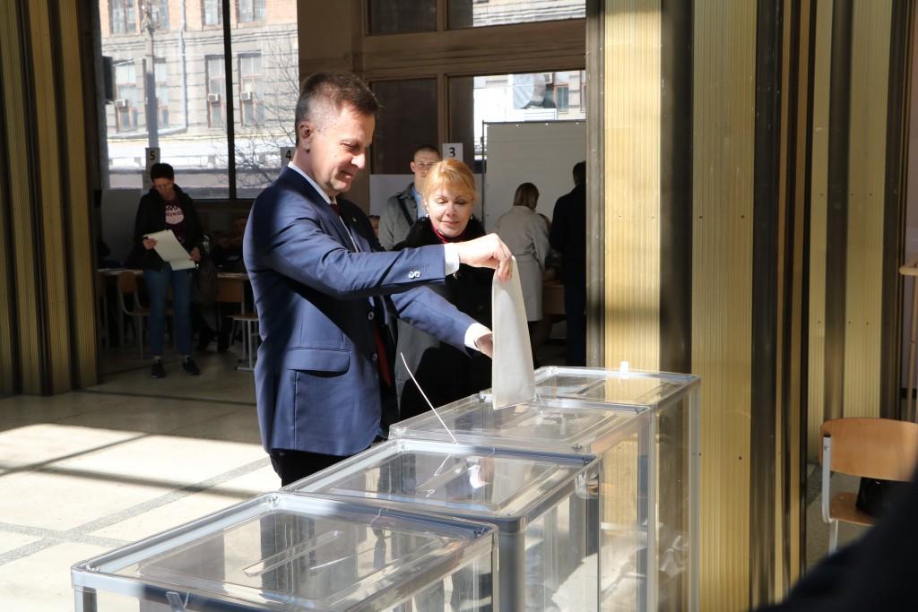 Валентин Наливайченко голосує на виборах Президента України із дружиною Оленою.